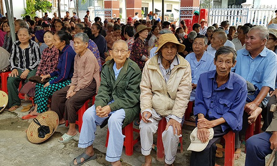 Thầy thuốc TP HCM đến với người dân nghèo đất võ miền Trung - Ảnh 2.