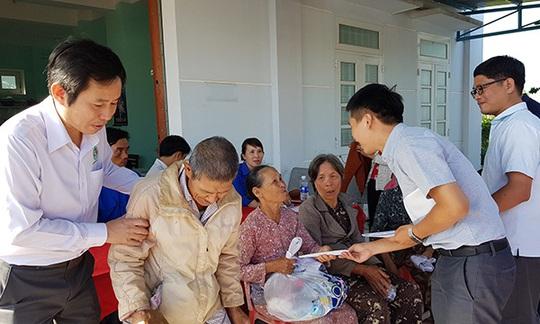 Thầy thuốc TP HCM đến với người dân nghèo đất võ miền Trung - Ảnh 1.