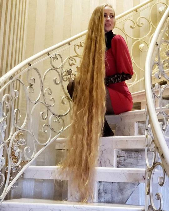 Bí quyết của cô gái nuôi tóc dài gần 2 m trong 30 năm - Ảnh 1.