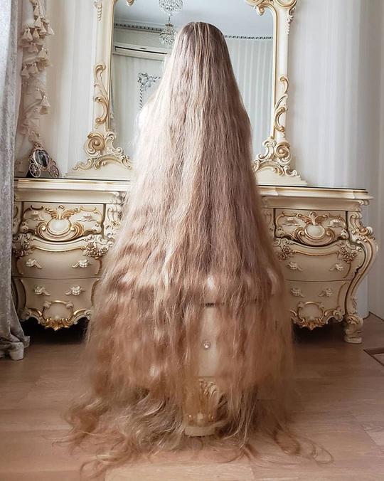 Bí quyết của cô gái nuôi tóc dài gần 2 m trong 30 năm - Ảnh 2.
