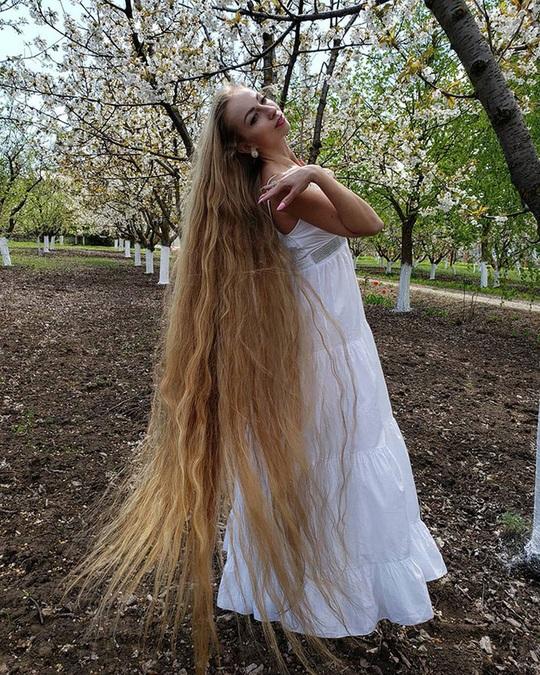 Bí quyết của cô gái nuôi tóc dài gần 2 m trong 30 năm - Ảnh 6.