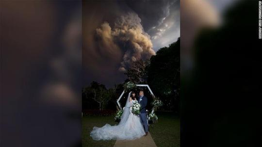 Bất chấp núi lửa phun trào sau lưng, họ vẫn cưới nhau - Ảnh 1.