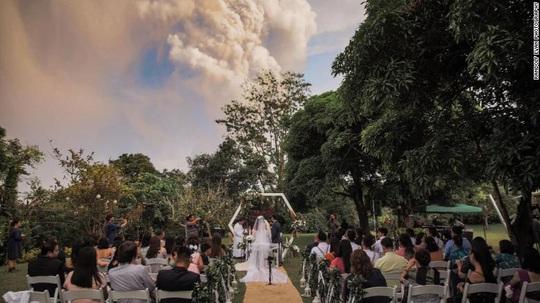 Bất chấp núi lửa phun trào sau lưng, họ vẫn cưới nhau - Ảnh 2.
