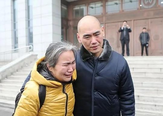 Bỗng dưng được thả sau 13 năm ngồi tù vì cưỡng hiếp và giết người - Ảnh 2.