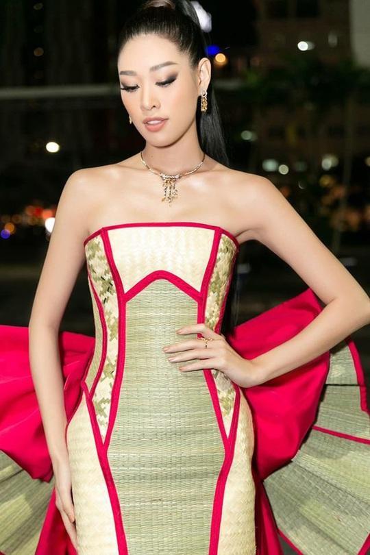 Hoa hậu Khánh Vân với thời trang chiếu độc lạ - Ảnh 2.