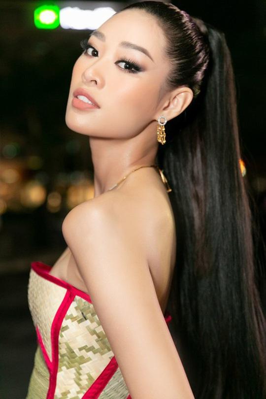 Hoa hậu Khánh Vân với thời trang chiếu độc lạ - Ảnh 4.