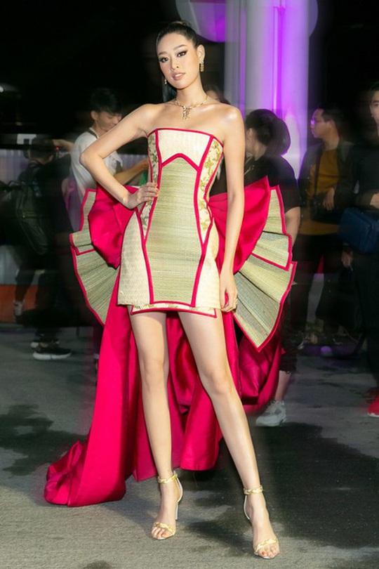 Hoa hậu Khánh Vân với thời trang chiếu độc lạ - Ảnh 5.
