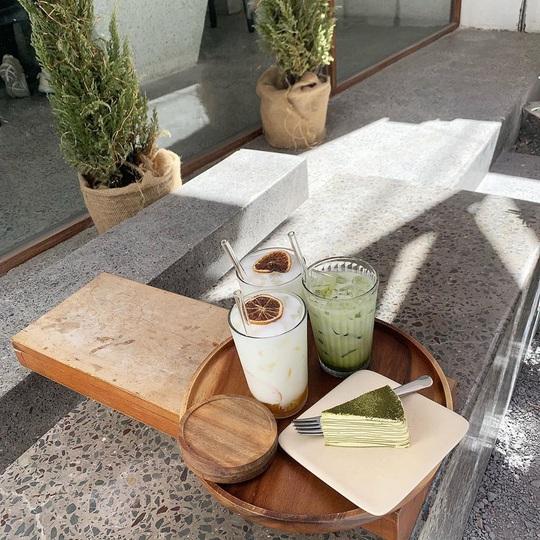 5 quán cà phê tông trắng mới hút giới trẻ check-in ở TP HCM - Ảnh 10.