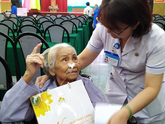 100 bệnh nhân ung thư nhận được quà Tết bất ngờ từ Phó Chủ tịch nước - Ảnh 4.