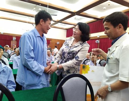 100 bệnh nhân ung thư nhận được quà Tết bất ngờ từ Phó Chủ tịch nước - Ảnh 1.