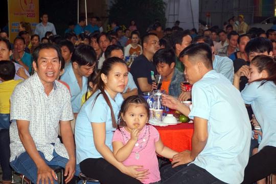 Phút giây xúc động của gia đình công nhân khi tham dự Tết sum vầy - Ảnh 5.