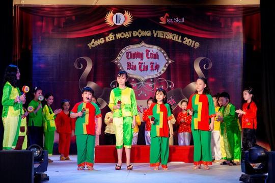 Các nghệ sĩ chúc mừng diễn giả, MC Thi Thảo - Ảnh 1.