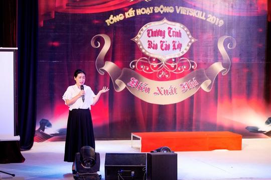 Các nghệ sĩ chúc mừng diễn giả, MC Thi Thảo - Ảnh 2.