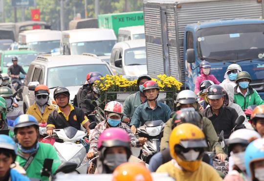 Đường vào sân bay Tân Sơn Nhất nghẹt cứng, ngàn người nháo nhào - Ảnh 6.