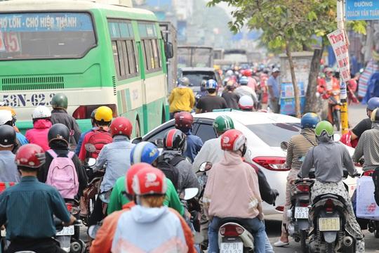 Đường vào sân bay Tân Sơn Nhất nghẹt cứng, ngàn người nháo nhào - Ảnh 2.