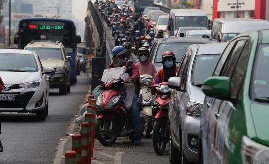 Đường vào sân bay Tân Sơn Nhất nghẹt cứng, ngàn người nháo nhào - Ảnh 10.