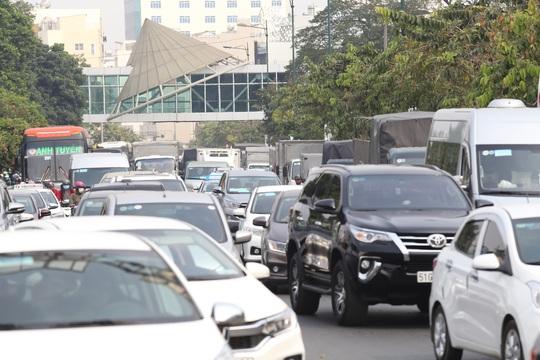 Đường vào sân bay Tân Sơn Nhất nghẹt cứng, ngàn người nháo nhào - Ảnh 5.