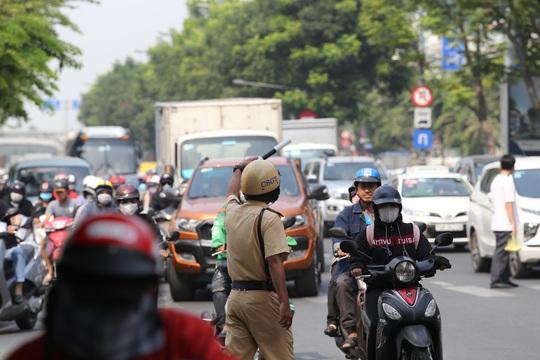 Đường vào sân bay Tân Sơn Nhất nghẹt cứng, ngàn người nháo nhào - Ảnh 7.