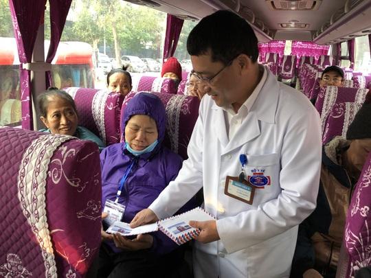 Clip: Giám đốc Bệnh viện K hoà giọng tiễn bệnh nhân ung thư về quê ăn Tết - Ảnh 6.
