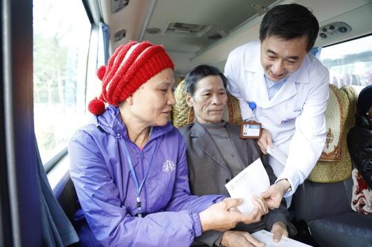 Clip: Giám đốc Bệnh viện K hoà giọng tiễn bệnh nhân ung thư về quê ăn Tết - Ảnh 1.