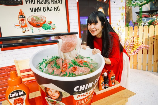 Hot girl Mắt Biếc check-in với các siêu phẩm khổng lồ tại Góc Phố Xuân 2020 - Ảnh 1.