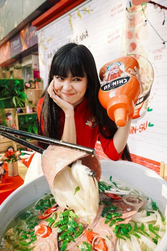 Hot girl Mắt Biếc check-in với các siêu phẩm khổng lồ tại Góc Phố Xuân 2020 - Ảnh 2.