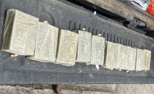 Bắt kẻ vận chuyển 10 bánh heroin, thủ súng ngắn và 16 viên đạn trong nhà - Ảnh 1.