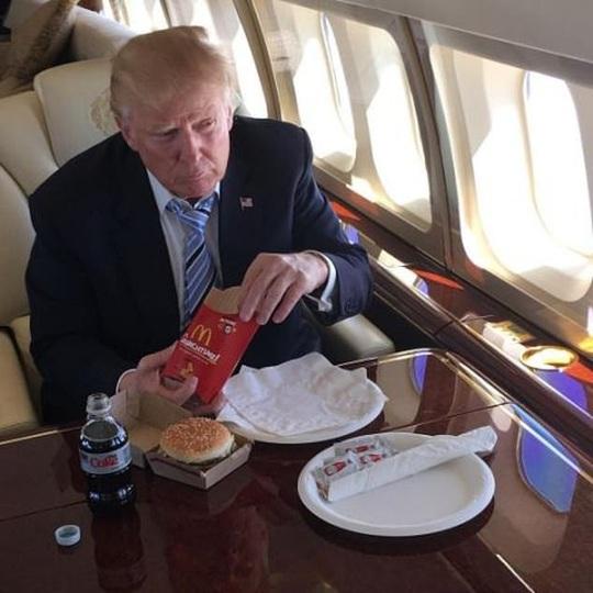 """Chúc mừng sinh nhật bà Obama, ông Trump đã """"hủy"""" bữa trưa học đường! - Ảnh 2."""