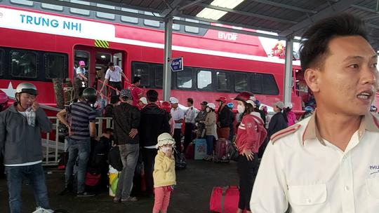 CLIP: Người lao động mang vác hành lý rời Phú Quốc về quê ăn Tết - Ảnh 5.