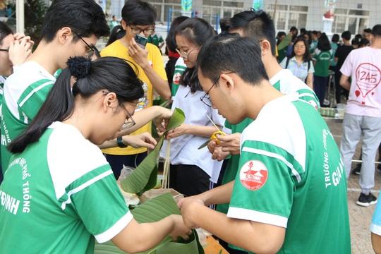Học sinh tất bật nấu bánh chưng tặng người nghèo - Ảnh 1.