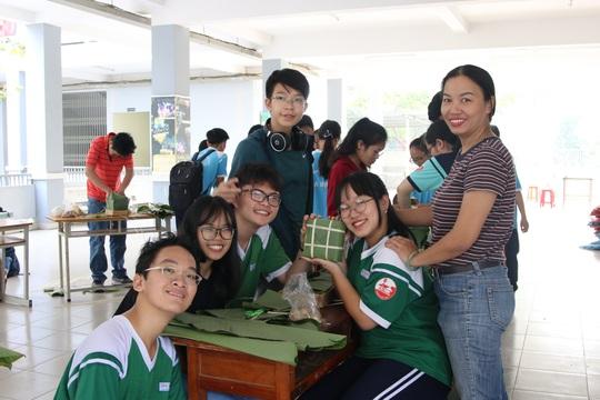 Học sinh tất bật nấu bánh chưng tặng người nghèo - Ảnh 2.