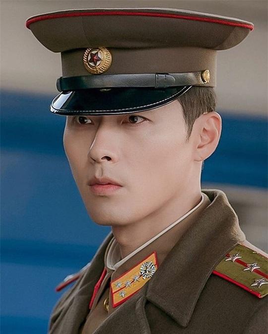 """""""Soái ca Triều Tiên"""" Hyun Bin gây bão mạng với góc nghiêng sắc lẹm - Ảnh 2."""