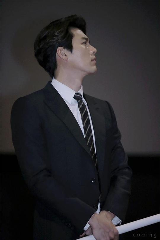 """""""Soái ca Triều Tiên"""" Hyun Bin gây bão mạng với góc nghiêng sắc lẹm - Ảnh 19."""