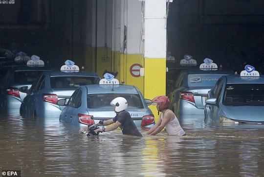 Jakarta: Mưa không bình thường một đêm, 16 người chết - Ảnh 4.
