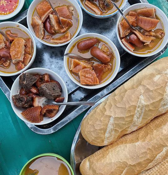 Những khu chợ chiều có đủ món ăn vặt ở TP HCM - Ảnh 2.