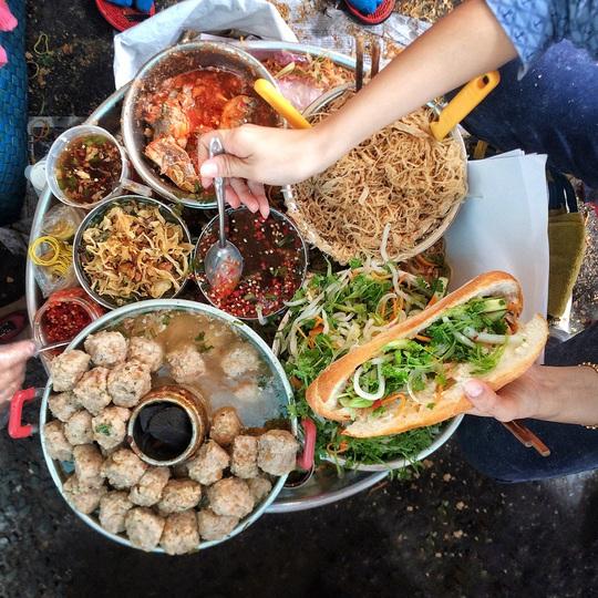 Những khu chợ chiều có đủ món ăn vặt ở TP HCM - Ảnh 11.
