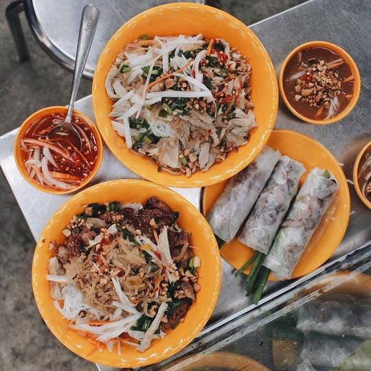 Những khu chợ chiều có đủ món ăn vặt ở TP HCM - Ảnh 7.