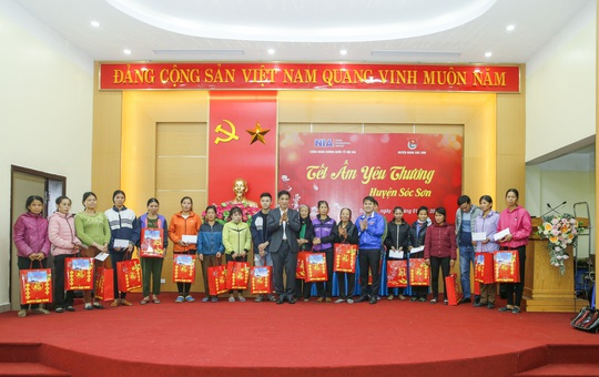 Cảng hàng không quốc tế Nội Bài mang Tết đến với người nghèo - Ảnh 1.
