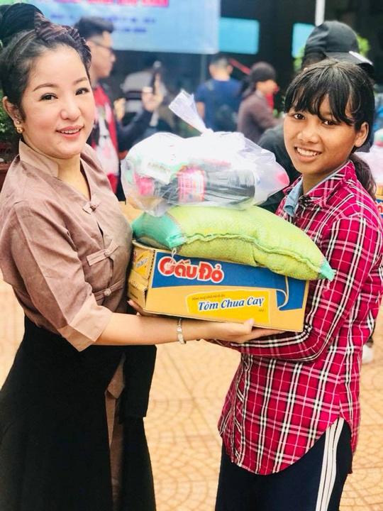 NS Việt Hương, Thúy Nga mang niềm vui đến người nghèo - Ảnh 2.