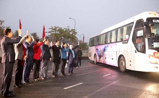 Những chuyến xe nghĩa tình đưa công nhân về quê đón Tết - Ảnh 9.