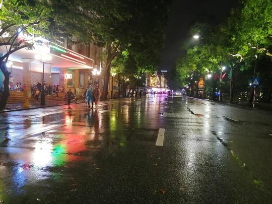 Mưa ngập đường, Hà Nội vắng vẻ đêm giao thừa - Ảnh 15.