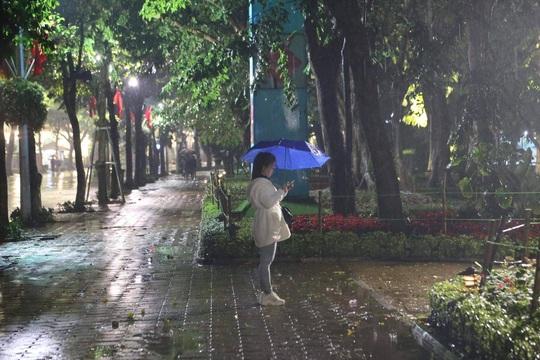 Mưa ngập đường, Hà Nội vắng vẻ đêm giao thừa - Ảnh 3.