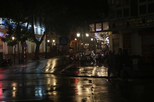 Mưa ngập đường, Hà Nội vắng vẻ đêm giao thừa - Ảnh 8.