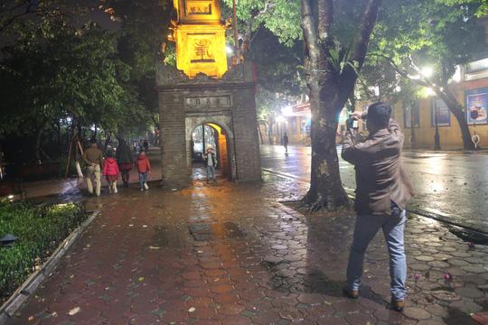 Mưa ngập đường, Hà Nội vắng vẻ đêm giao thừa - Ảnh 13.