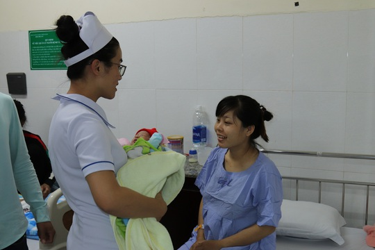 Những nụ cười đêm giao thừa tại bệnh viện Thiện Hạnh - Ảnh 1.