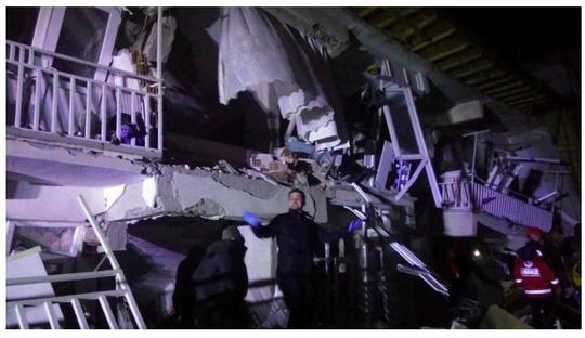 Thổ Nhĩ Kỳ rung chuyển vì động đất và 60 dư chấn, hơn 560 người thương vong - Ảnh 2.