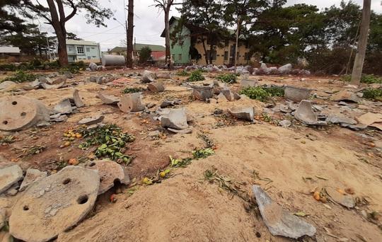 Chợ Tết như bãi chiến trường, đường phố ngập xác hoa - Ảnh 4.