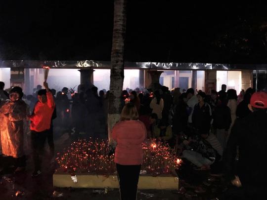 Hơn chục ngàn người đội mưa rét đi chợ lúc nửa đêm để cầu may - Ảnh 1.