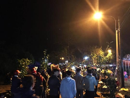 Hơn chục ngàn người đội mưa rét đi chợ lúc nửa đêm để cầu may - Ảnh 3.