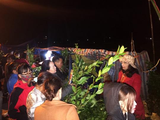 Hơn chục ngàn người đội mưa rét đi chợ lúc nửa đêm để cầu may - Ảnh 5.
